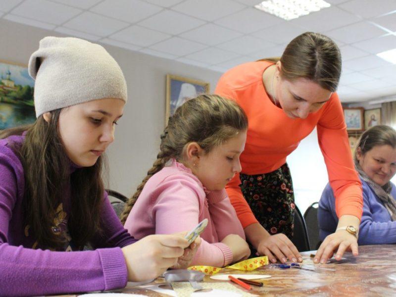 Активисты православной молодежи города Борисоглебска организовали для воспитанников Воскресной школы при Знаменском кафедральном соборе мастер-класс по изготовлению пасхальных сувениров.