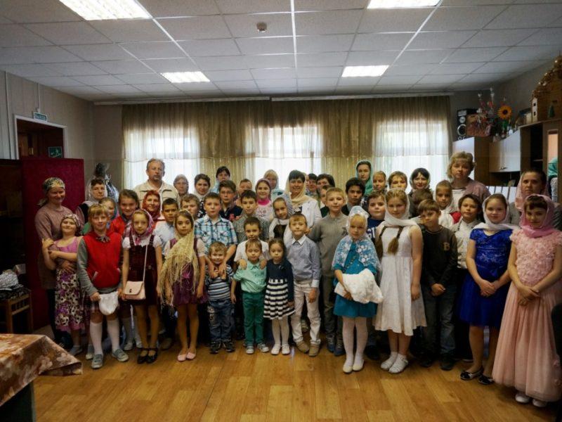 Ввоскресной школе при Знаменском соборе города Борисоглебска прошел выпускной вечер; прозвенел последний звонок.